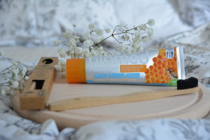 Brosse à dents en bambou et dentifrice à la propolis – Revue